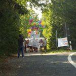 Luftballonbanner auf dem Weg zum Haupttor - Bild JunepA